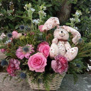 Centro de flores con osito.