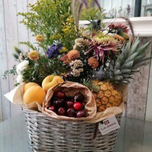 Centro de flores y frutas de temporada