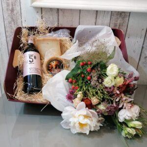 cesta vino, flores y queso